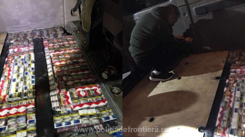 Pachete cu țigări ascunse în podeaua unui microbuz, descoperite de poliţiştii de frontieră în P.T.F. Giurgiu