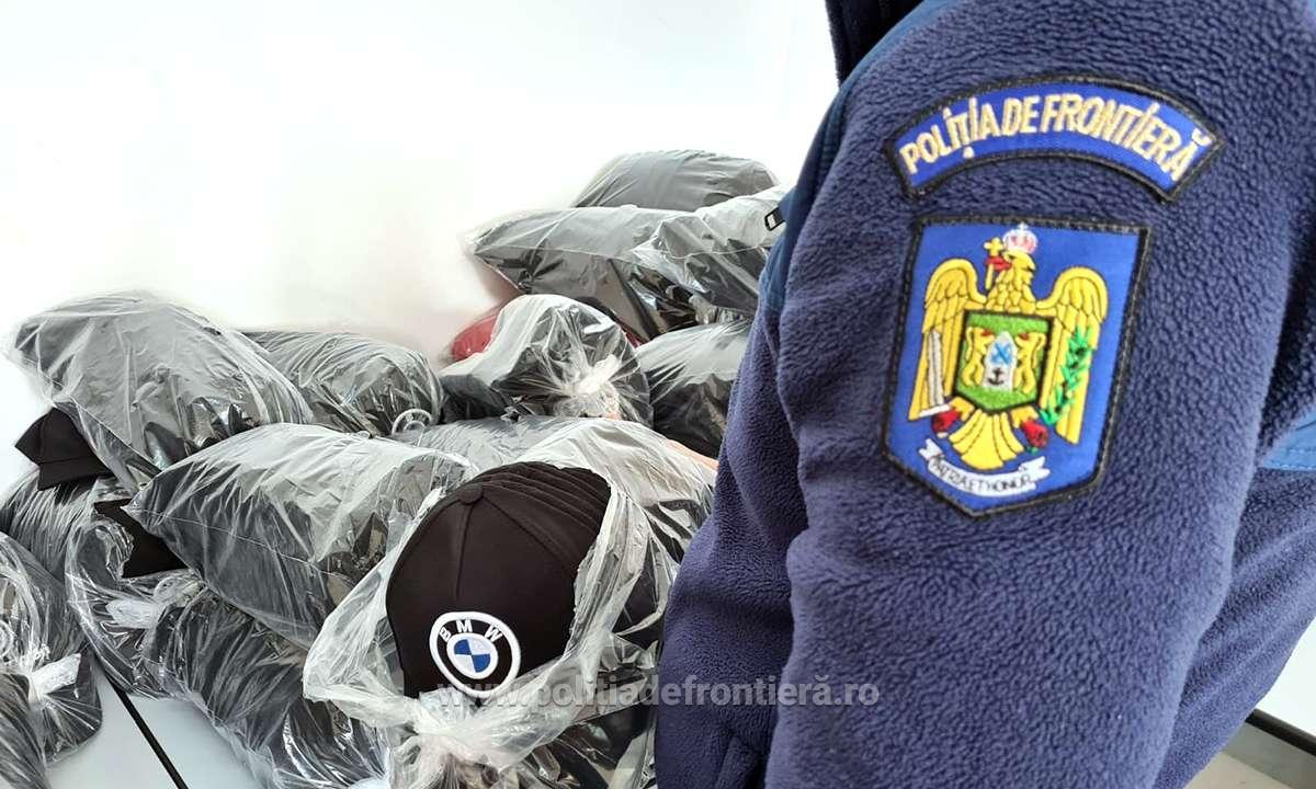 Articole vestimentare, estimate la 34.000 euro, ridicate de polițiști în vederea cercetărilor