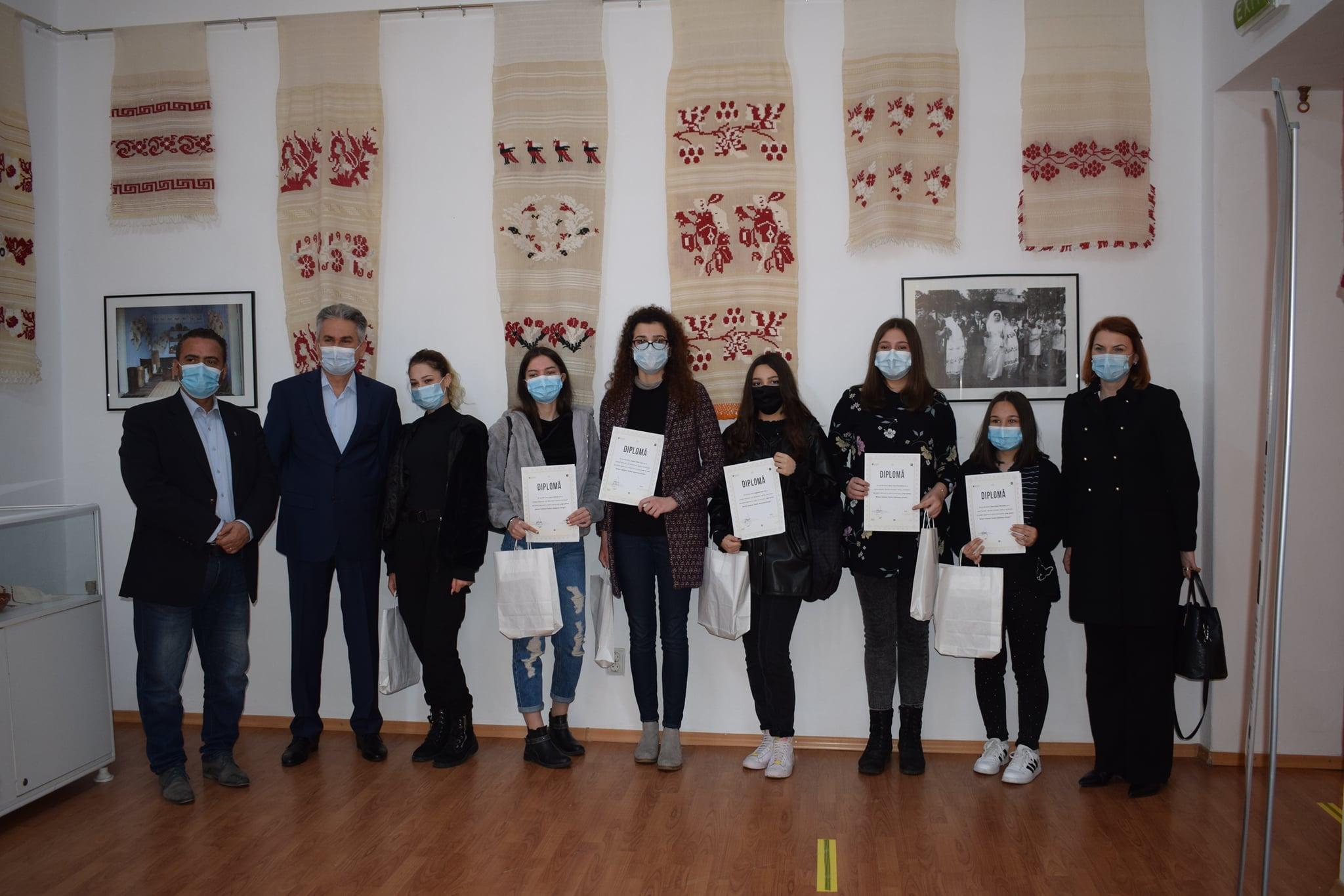 Elevii câştigători ai concursului de idei pentru logo-ul Muzeului Judeţean Teohari Antonescu azi  şi-au primit binemeritata răsplată