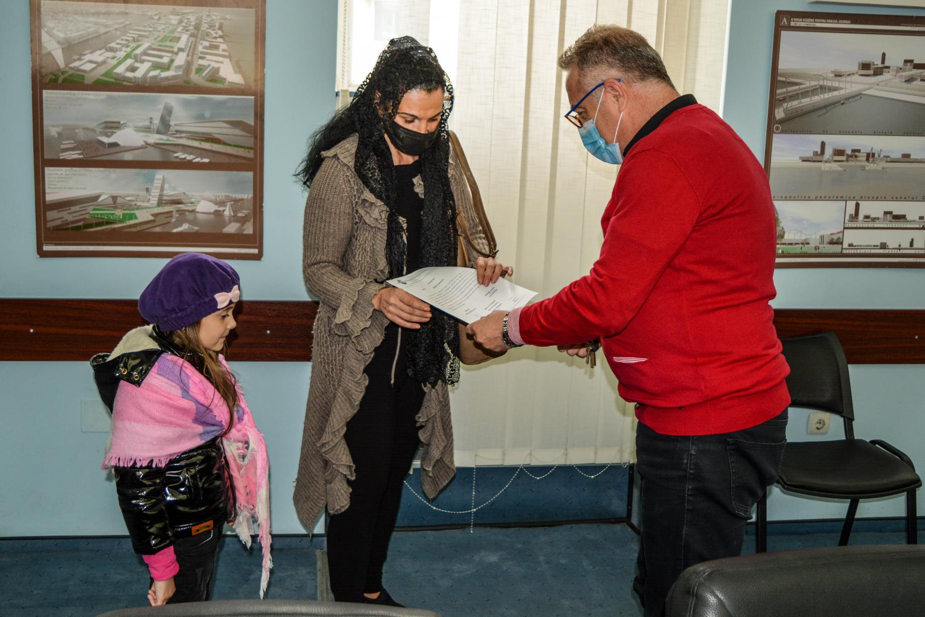 Azi, Primăria Giurgiu a făcut trei familii fericite