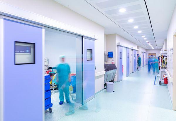 Medicii care până nu de mult au fost numiţi eroi … acum sunt târâţi prin noroi