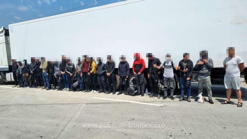 21 de cetățeni străini, depistaţi ascunși într-un autocamion încărcat cu pepeni la PTF Giurgiu