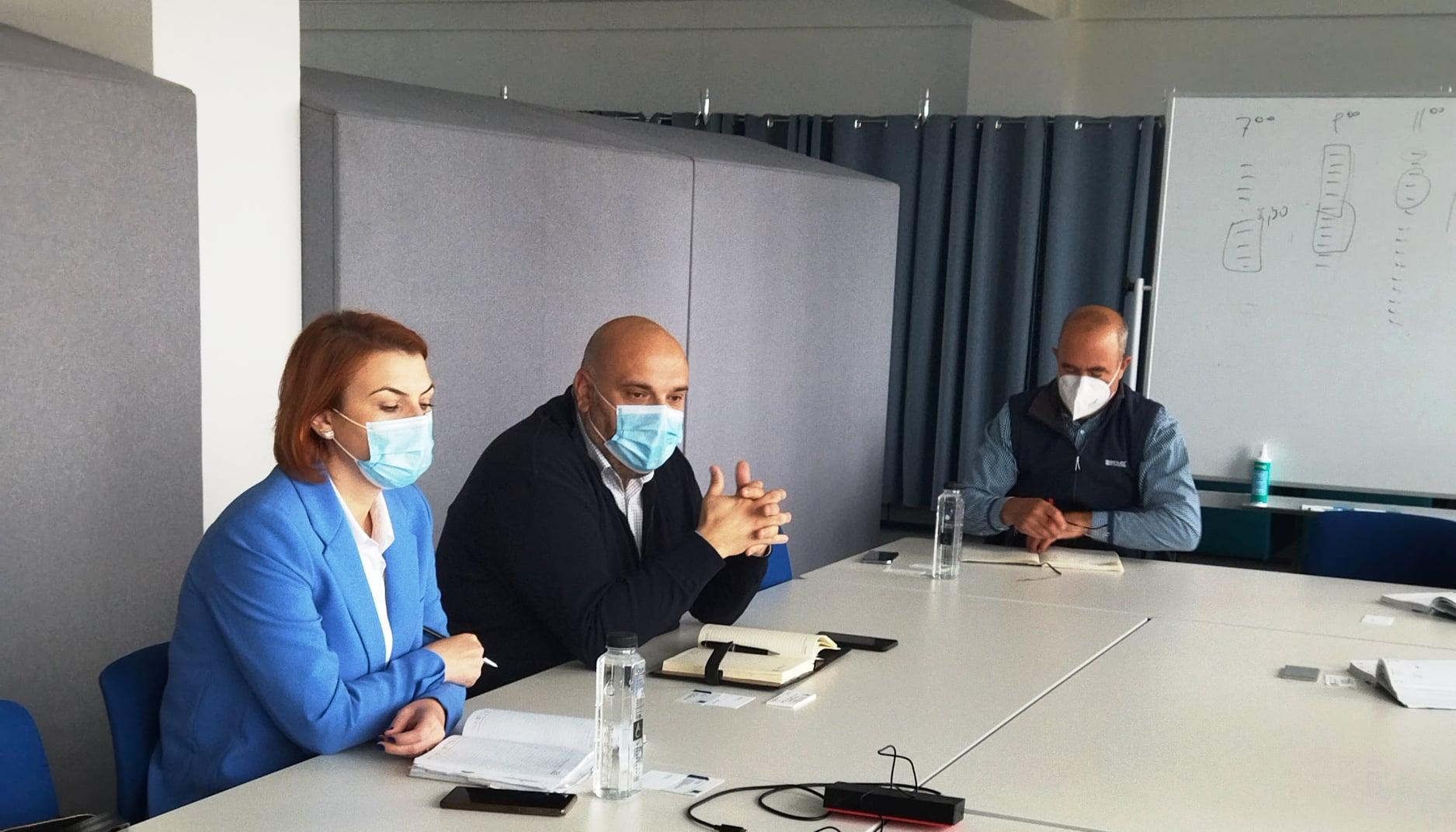 Deputatul PNL Alexandru Andrei împreună cu vicepreşedintele CJ Giurgiu, Elisabeta Mihalcea au participat la o întâlnire cu reprezentanţii unor societăţi comerciale unde au fost discutate problemele cu care aceştia se confruntă